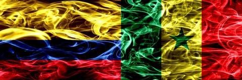 Colombia versus Senegal, Senegalese zij aan zij geplaatste rookvlaggen Dik gekleurde zijdeachtige rookvlaggen van Columbiaans en  royalty-vrije illustratie