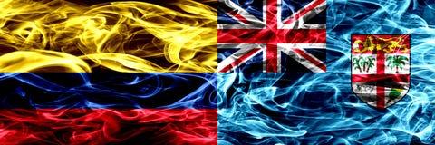 Colombia versus zij aan zij geplaatste de rookvlaggen van Fiji Dik gekleurde zijdeachtige rookvlaggen van Columbiaans en Fiji royalty-vrije illustratie
