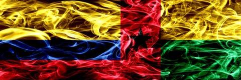 Colombia versus zij aan zij geplaatste de rookvlaggen van Guinea-Bissau Dik gekleurde zijdeachtige rookvlaggen van Columbiaans en vector illustratie