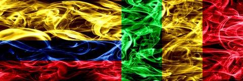 Colombia versus zij aan zij geplaatste de rookvlaggen van Mali Dik gekleurde zijdeachtige rookvlaggen van Columbiaans en Mali vector illustratie