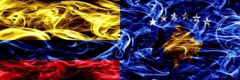 Colombia zij aan zij geplaatste de rookvlaggen versus van Kosovo, Servië Dik gekleurde zijdeachtige rookvlaggen van Columbiaans e vector illustratie