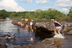 Colombians har en vila på vatten i en grannskap av staden Arkivfoto