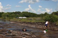 Colombians har en vila på vatten i en grannskap av staden Royaltyfri Foto