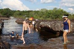 Colombians har en vila på vatten i en grannskap av staden Arkivfoton