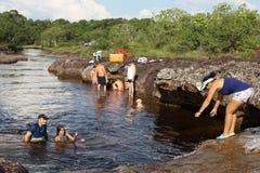 Colombians har en vila på vatten i en grannskap av staden Arkivbilder