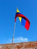Colombiansk flagga uppe på av San Filipe de Barajas Castle i Cartagena, Colombia Royaltyfri Foto