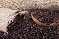 Colombianskt grillat kaffe med träskeden royaltyfri fotografi