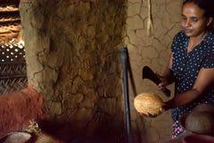 COLOMBO, ΣΡΙ ΛΑΝΚΑ - 7 ΔΕΚΕΜΒΡΊΟΥ 2013: Γυναίκα Lankan Sri με την καρύδα και το μαχαίρι στοκ εικόνα