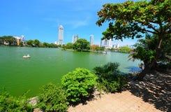 Colombo Beira Lake, Horizon en Moderne Wolkenkrabbers Royalty-vrije Stock Fotografie