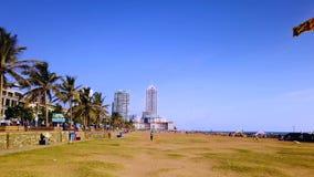 Colombo, Sri Lanka - 19. April 2019: Galle stellen grünen Strand- und Ufergegendpark in Colombo, Hauptstadt von Sri Lanka gegenüb stock footage