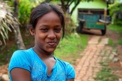 COLOMBO, SRI LANKA - CIRCA DICIEMBRE DE 2016: Retrato del adolescente no identificado sonriente Imagen de archivo libre de regalías