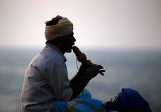 COLOMBO, SRI LANKA - 5 DE DEZEMBRO DE 2016: O homem indiano joga a flauta em Sri Lanka foto de stock royalty free