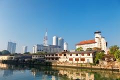 Colombo, Sri Lanka - 11 de febrero de 2017: Opinión panorámica sobre el assiciation de los hombres jovenes y rascacielos budistas Imagen de archivo libre de regalías