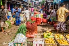 COLOMBO, SRI LANKA - 26 DE JULHO DE 2016: Clientes e vendedores em Manning Market em Colombo, Lan de Sri foto de stock