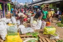 COLOMBO, SRI LANKA - 26 DE JULHO DE 2016: Clientes e vendedores em Manning Market em Colombo, Lan de Sri fotografia de stock royalty free