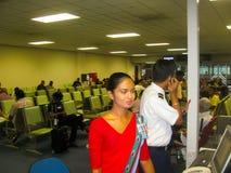 Colombo, Sri Lanka - 5 de maio de 2009: O aeromoço bonito novo na área do trânsito em Bandaranaike Fotos de Stock