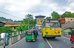 COLOMBO, SRI LANKA - 7 DEC: De gemeenschappelijke overvolle straat van Sri Lankian met verschillend vervoer Royalty-vrije Stock Foto's