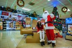 COLOMBO SRI LANKA - DECEMBER 2016: Santa Claus hälsar folk i Bandaranaike den internationella flygplatsen Arkivbild