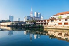 Colombo, Sri Lanka - 11 février 2017 : Vue panoramique sur l'assiciation des vieux jeunes hommes et les gratte-ciel bouddhistes d Photographie stock