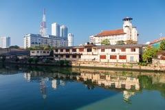 Colombo, Sri Lanka - 11 février 2017 : Vue panoramique sur l'assiciation des vieux jeunes hommes et les gratte-ciel bouddhistes d Photographie stock libre de droits