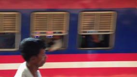 COLOMBO, SRI LANKA - FEBRUAR 2014: Bilden Sie das Gehen vorbei auf Plattform an Colombo-Bahnstation aus stock video