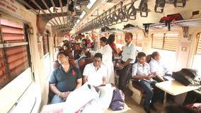 COLOMBO, SRI LANKA - FEBRUAR 2014: Lokale Leute, die von den Vororten in Arbeit in Colombo austauschen Die Schienentransporte MI  stock video footage