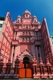 Colombo Sri Lanka - 11 Februari, 2017: Den dekorativa röd-och-vit fasaden av den Jamiul Alfar moskén i hjärtan av Royaltyfria Foton