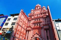 Colombo Sri Lanka - 11 Februari, 2017: Den dekorativa röd-och-vit fasaden av den Jamiul Alfar moskén i hjärtan av Royaltyfri Bild