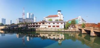Colombo Sri Lanka - 11 Februari 2017: Panoramautsikt på gamla unga mäns buddistiska assiciation och tornskyskrapor av världen Tra Fotografering för Bildbyråer