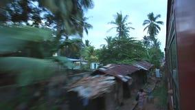 COLOMBO, SRI LANKA - MÄRZ 2014: Ansicht von Colombo-Vororten von einem beweglichen Zug Die Schienentransportmillionen Sri Lankan  stock video footage