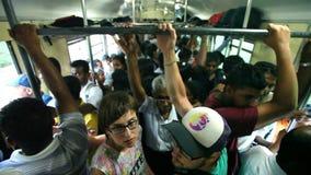 COLOMBO, SRI LANKA - MÄRZ 2014: Gedrängter comuter Zug voll von Leuten auf dem Weg zur Hauptstadt Colombo stock video
