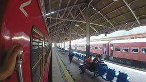 COLOMBO, SRI LANKA - MÄRZ 2014: Zeitlupe des Zugs kommend in die Bahnstation stock video footage