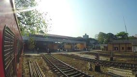 COLOMBO, SRI LANKA - MÄRZ 2014: Zeitlupe des Zugs kommend zum Zughalt stock video footage