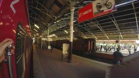COLOMBO, SRI LANKA - MÄRZ 2014: Zeitlupe des Zugs kommend zum Zughalt stock footage