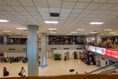 COLOMBO SRI LANKA - MARS 2013: Inre av Bandaranaike den internationella flygplatsen royaltyfri fotografi