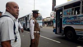 Colombo, Sri Lanka - 2019-03-21 - poli de tráfico controla los coches para los peatones almacen de video