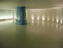 Colomn di vetro blu in un corridoio sotterraneo Fotografia Stock