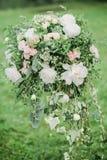 Colomn mit Blumen für werdding Zeremonie stockfotos