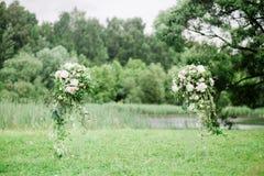 Colomns mit Blumen für werdding Zeremonie stockfotografie