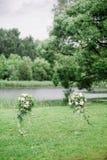 Colomns mit Blumen für werdding Zeremonie stockbild