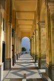 Colonade bij het Heiligdom van della Guardia van Kwakzalversmiddelensignora dichtbij Genua royalty-vrije stock foto's