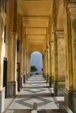 Colonade på fristaden av patentlösningSignoradellaen Guardia nära Genua royaltyfria foton