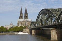 Colonia - cattedrale di Colonia e ponte di Hohenzollern Fotografie Stock Libere da Diritti