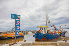 COLONIA DEL SACRAMENTO, URUGUAI - 4 DE MAIO DE 2016: barcos antigos do colofull estacionados ao lado de uma doca Foto de Stock