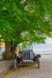 COLONIA DEL SACRAMENTO URUGWAJ, MAJ, - 04, 2016: ładny frontowy widok antyczny klasyczny samochód parkujący w ulicie Fotografia Royalty Free