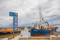 COLONIA DEL SACRAMENTO URUGWAJ, MAJ, - 04, 2016: antyczne colofull łodzie parkować obok doku Zdjęcie Stock