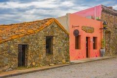 COLONIA DEL SACRAMENTO URUGWAJ, MAJ, - 04, 2016: fasada niektóre starzy domy z kolonisty stylem Obrazy Stock