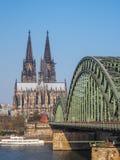 Colonia en Alemania con la catedral y el puente famosos imagen de archivo libre de regalías