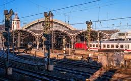 Colonia, Germania - 19 gennaio 2017: La stazione ferroviaria principale della città Immagini Stock Libere da Diritti