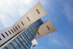 Colonia, Germania - 8 marzo 2015: La gru futuristica alloggia Kranhaus chiamato situato ai bacini di Rheinau in Colonia - progett Immagini Stock